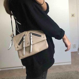 Superfin beige handväska! Köpt från accent märke don Donna. Väskan har väldigt många fickor och är väldigt användbar och smart! Fraktkostnad tillkommer☺️☺️