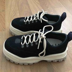 Säljer mina EYTYS angel canvas skor i storlek 40. Användna två gånger (nyskick) Säljer pga har ej användning för dom. Kan skicka mer bilder på begäran och kan mötas upp i Karlstad, annars skickar jag via post! Nypris: 2400kr.
