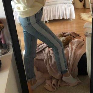 Na-kd mom jeans. Klippta nertill o uppvikta men går att vika ner. Sitter superfint.