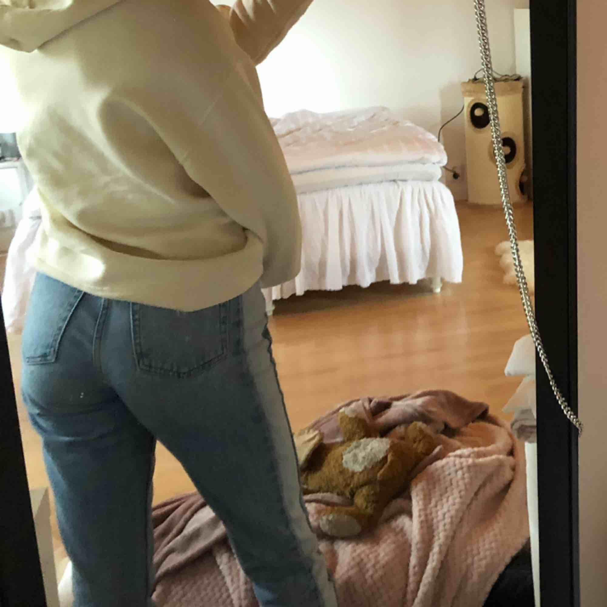 Na-kd mom jeans. Klippta nertill o uppvikta men går att vika ner. Sitter superfint. . Jeans & Byxor.