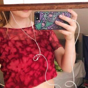 Verkligen världens coolaste tröja som tyvärr är för stor för mig. Det är en meshtröja i rött batikmönster med ett tillhörande rött linne som sitter fast i själva tröjan. Fri frakt! 🍄