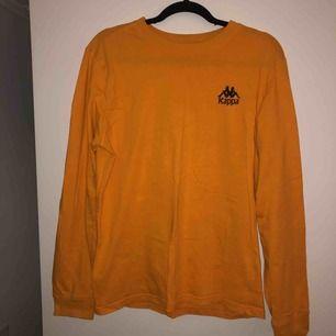 Långärmad kappa T-shirt i fin orange färg, fint skick! Kan mötas upp i Stockholm eller frakta men du står isf för frakten!🙌🏼