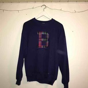 Supersnygg lila sweatshirt köpt på Beyond retro. Nästan aldrig använd och i mycket bra skick. Står storlek L men skulle mer säga att det är en M