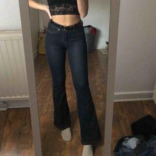 Mörkblå bootcut jeans i storlek S/30. Jag är 1,65 och så sitter dem på mig.  Dem är elastiska. Köptes på salt och är i bra skick. Användes under en klassresa.