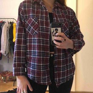 Fin och väldigt skön skjorta röd/blå rutig skjorta, bra skick. Vet inte vilken storlek men den passar bra på min som brukar ha medium.