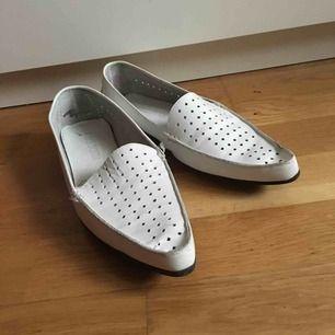 Loafers vita löder gott skick näst intill oanvända