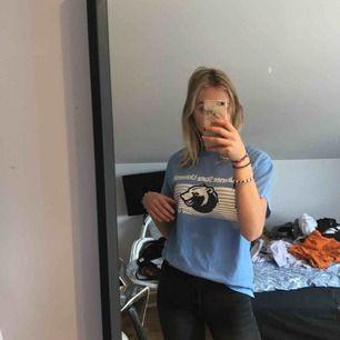 Oversized blå t-shirt med tryck
