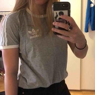 Adidas T-shirt i väldigt fint skick. Herrstorlek S men passar bra på mig som brukar ha M. Kan mötas upp i Stockholm eller frakta men du står isf för frakten!🙌🏼