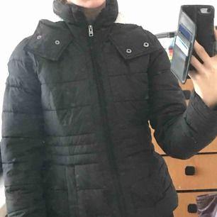 Snygg och varm vinterjacka från Hollister i fint skick. Figurnära modell. Frakt tillkommer