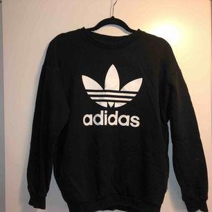Svart Adidas originals sweatshirt, använd fåtal ggr och är i princip som ny. Kan mötas upp i Stockholm eller frakta men du står isf för frakten!🙌🏼