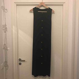 Svart enkel klänning i nyskick. Snörning bak för form. Frakt ingår i priset.
