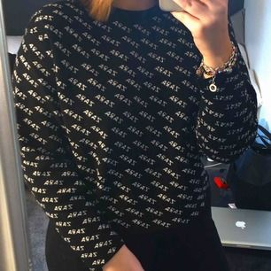 En tröja från Zara i storlek M. Nästan aldrig använd. Kan skickas mot frakt eller mötas upp i Falun 🥰🥰