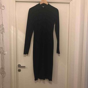 Enkel, figurnära klänning med liten polo. Liten volang vid ärmslut och fåll. Frakt ingår i priset.