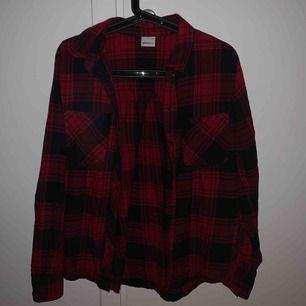 Skjorta från Gina Tricot. Använd högst 2 gånger och är för liten för mig.