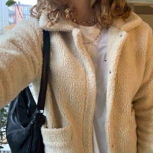 Säljer min Teddy jacka från even and odd. Jackan passar storlek S-M. Sparsamt använd och jackan har inga defekter. Möts upp i innerstan!