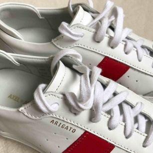 Nästan sprillans nya Axel Arigato dunk sneakers, använda 2 gånger!! Låda och chopsticks medföljer!  KAN MÖTAS UPP I STOCKHOLM