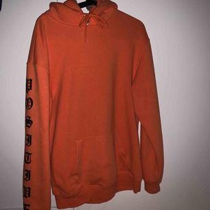 Lite oversized mysig hoodie som passar bra till hösten. Coolt tryck på ärmarna och bak på luvan.