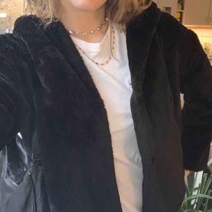 Säljer min svarta fejk pälsjacka från Zara. Den är i Storlek M men den passar S-M. Mycket sparsamt använd och inga defekter. Möts upp, helst i innerstan!