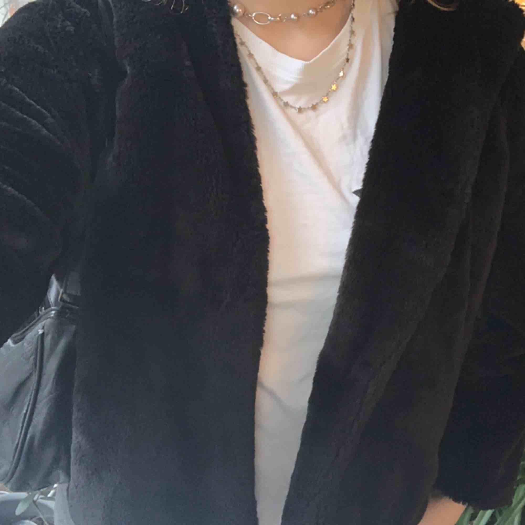 Säljer min svarta fejk pälsjacka från Zara. Den är i Storlek M men den passar S-M. Mycket sparsamt använd och inga defekter. Möts upp, helst i innerstan!. Jackor.