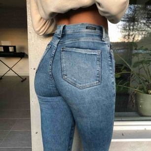 Ljusblåa fina skinny jeans högmidjade. Från H&M, i bra skick. Snygg passform. Köpare står för frakt. Kan mötas i Gbg.