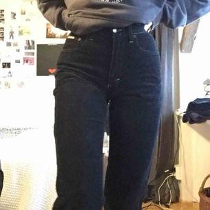 Supersnygga svarta Manchester byxor med bruna sömmar. Tyvärr har kedjan gått sönder annars är de i mycket bra skick