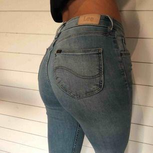 Jättefina Lee jeans skinny modell. Man får snygg rumpa. Nypris 1 100kr Ett pyttelitet hål som syns på bilden längst upp men inget som märks.
