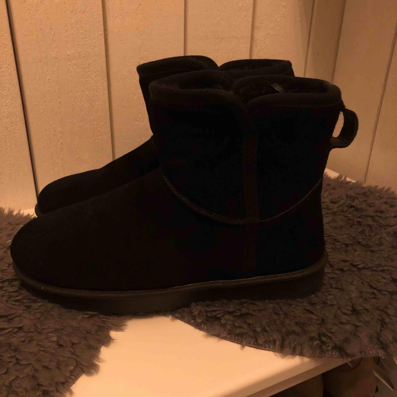 """Nya varmfodrade """"uggs"""" från din sko i äkta mocka. Använda Max 3 gånger. Storleken är 36 men passar mig som vanligtvis har 37. Köpta för 600kr & säljs för 300 + frakt som köparen står för!. Skor."""