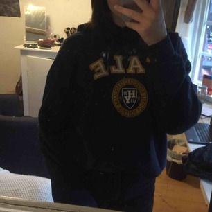 Supersnygg mörk marinblå Yale hoodie. Står storlek Xl men skulle mer säga att det är en stor M