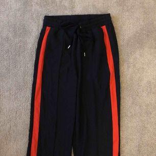 Nytt✨ marinblå/orange byxa, fickor med dragsko och dragkedja nedtill. Frakt tillkommer eller möts upp.