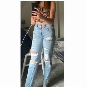 Ett par riktigt fina mom jeans från ginatricot, mycket bra skick. Säljer pga för stor i midjan.  Original pris 500 kr.  Frakt står man för själv
