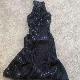 Vacker partyklänning 🦋 använt 1 X. Snygg brottar rygg.