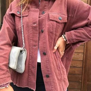 En super fin jacka från Zara. Har använt den fåtals gånger pga får ingen användning. Storleken är XS men passar XS-M. Köparen står för frakten och kan mötas i norrtälje 💗