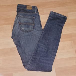 Skinny jeans från Ralph Lauren Bra skick, vissa slitningar från början vissa efter, men fortfarande hela och i bra kvalité.  Färgen syns bäst på bild 2