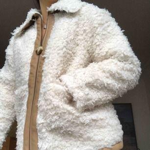Faux Sherling workwear jacket. Aldrig använd, alla prislappar kvar! Strl 40 men passar bättre på en 38! Ordinariepris 1300kr, reapris 690kr.