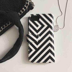 Säljer detta mobilskalet för IPhone 6,6s,7,8 för 65 kr plus frakt. Säljer även ett tillhörande magnetskal nedanför i en annan annons. Båda Allen är köpta samtidigt från Holdit. använder ett fåtal gånger.