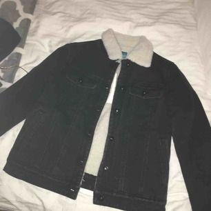 Hej oanvänd jeansjacka från twintip med varmt foder i som passar perfekt till hösten! Inte riktigt min stil, så därför säljs den vidare. Köptes för ca 400 kr och är helt oanvänd, därav pris. Skriv för intresse! 🥰