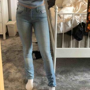 Säljer mina jättesnygga, lågmidjade jeans som är köpta på beyond retro för 350kr. Sitter supersnyggt.
