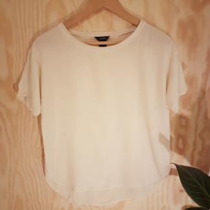 Cremevit t-shirt i 100% viskos från Lindex. Kan mötas upp i Göteborg annars tillkommer frakt.