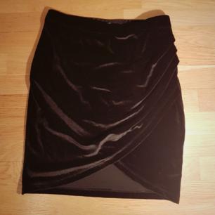 Omlott svart sammetskjol med resår i midjan från Gina Tricot. 96% polyester, 5% elastan. Kan mötas upp i Göteborg annars tillkommer frakt.