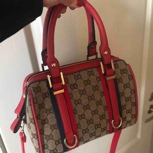 Säljer en väska som jag köpt utomlands men inte haft någon användning av, då den inte riktigt är min stil! Perfekt storlek och helt ny! (Pris går att diskuteras)
