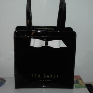 Äkta Ted Baker ARYCON BOW DETAIL SMALL ICON BAG. Endast använd 1gång så i nyskick! Nypris: 359:- Mitt pris: 299:- och jag bjuder på frakten♡ Köp gärna senast nu på tisdag 29:eOKT-flyttar på onsdag och skickar den gärna till dig innan isåfall(givetvis spårbart).