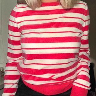 Superskön rosa och vit randig sweatshirt från & Other Stories! Mjuk och fin💕