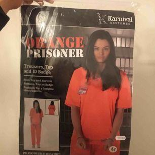 """fånge kostymset, byxor & tröja + namnbrickan, passar perfekt till halloween. nytt skick! skriv för fler bilder. passar allt från XS-M. stor text på ryggen """"D.O.C"""" nypris: 299"""