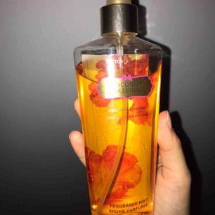Säljer min Victoria's secret body mist!! Lukten coconut passion🤪🤪 luktar svin gott!!!