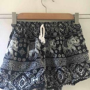 Puffiga shorts med elefanter :)