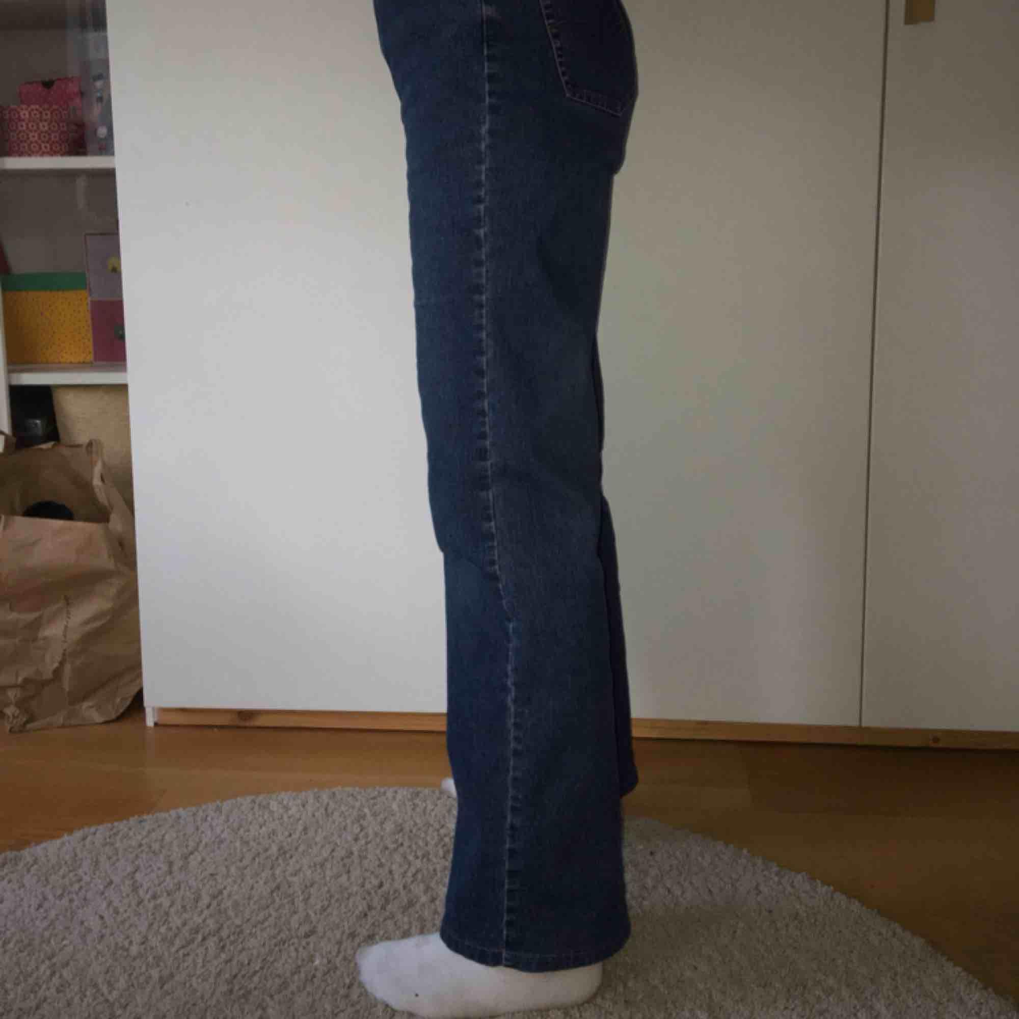 Säljer dessa supersnygga wideleg jeans som sitter typ som YOKO jeansen från monki :) de passar typ S/36 eller typ waist 26/27. Jag har storlek XS/S och de är lite stora i midjan för mig men jag använder bara skärp så de funkar ändå :)). Jeans & Byxor.
