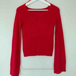 Fin långärmad tröja, med vida armar i en hallonröd färg. Använt 2 gånger, i väldigt bra skick! Frakt tillkommer