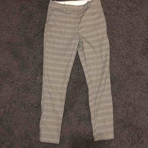 Kostymbyxor från H&M i grönt/gult/brunt mönster. Endast använda en gång. Storlek 36! Avgift för frakten tillkommer ☺️
