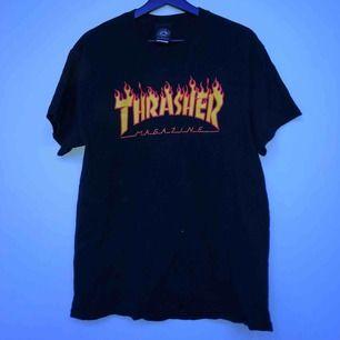 En thrasher t-shirt som är köpt för ca 1 år sedan, knappt använd. Storleken är L men skulle säga att den sitter som en M. Möts i Sthlm annars står köparen för frakten :)