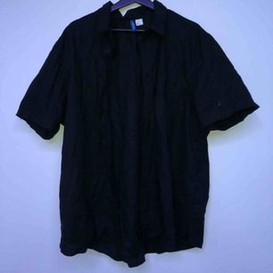 Kortärmad svart skjorta från H&M, gott skick, aldrig använd.  Möts i Sthlm annars står köparen för frakten :)